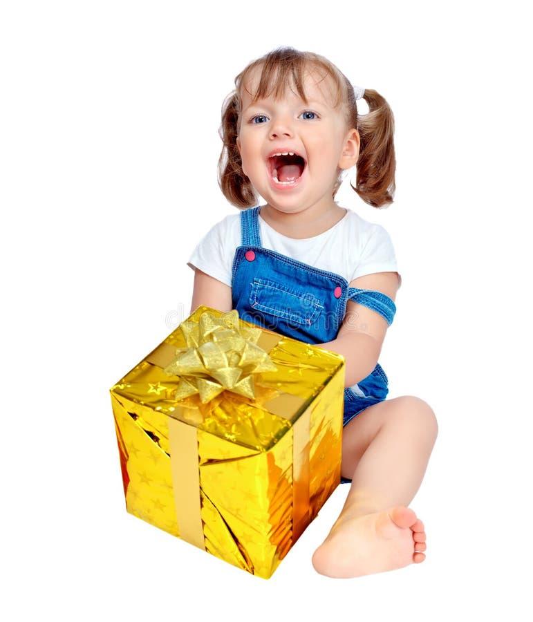 一个美丽的女孩的纵向有礼品的 库存照片