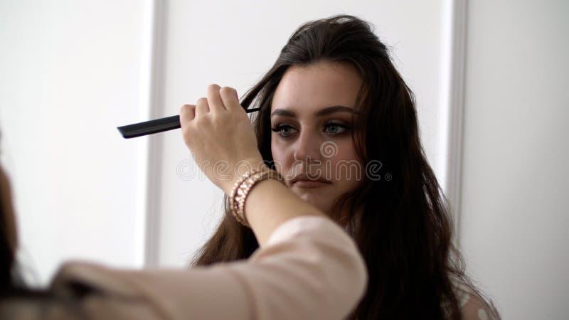 一个美丽的女孩的纵向 时尚构成,发型的 图库摄影