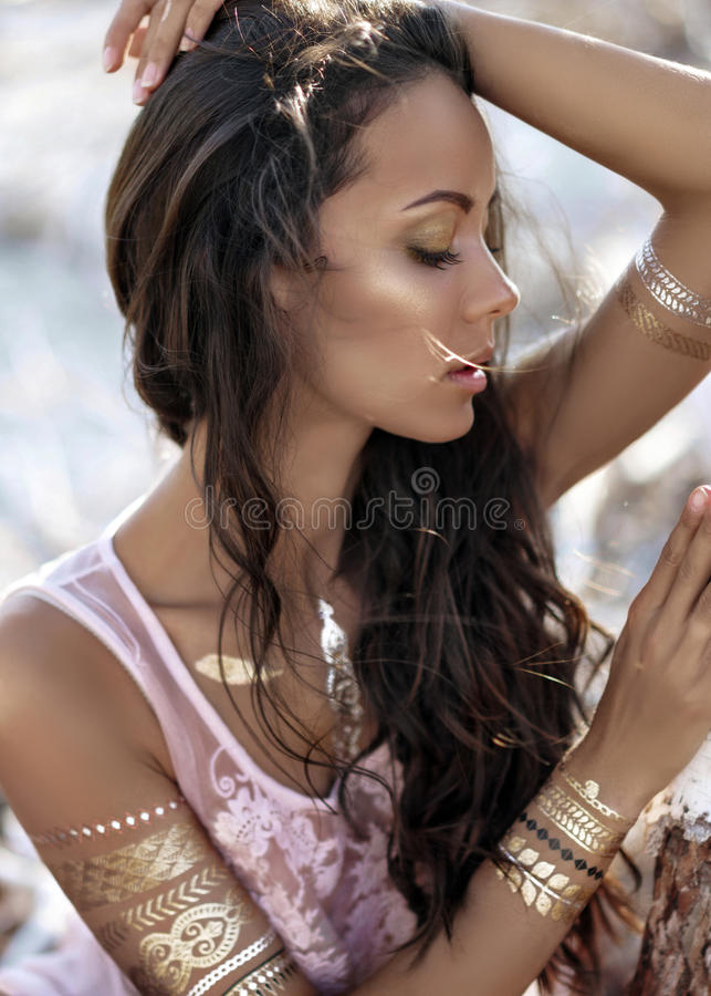 一个美丽的女孩的纵向 免版税库存图片