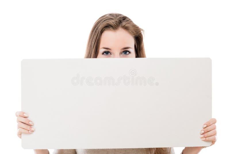 一个美丽的女孩的面孔半隐蔽与advertis的一张海报 免版税库存图片