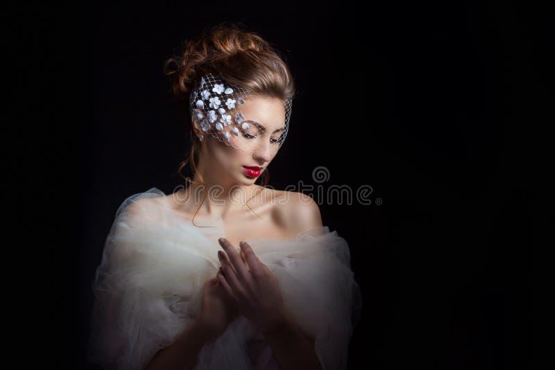 一个美丽的女孩的黑白画象有大眼睛的以一种哀伤的心情,在她的面孔的悲伤与在她的头的一条围巾 免版税图库摄影