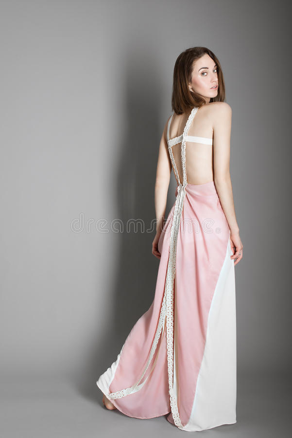 一个美丽的女孩的画象一件礼服的在灰色背景、健康的概念和秀丽的演播室 库存图片