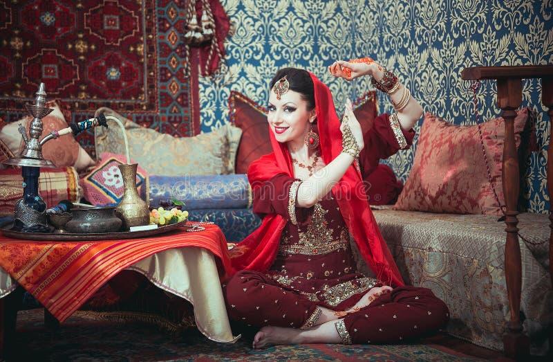 一个美丽的女孩的画象东部礼服和首饰的 免版税图库摄影