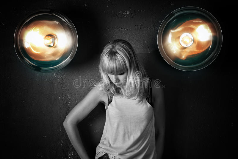一个美丽的女孩的画象反对墙壁背景的  图库摄影