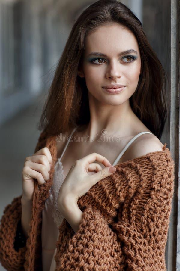 一个美丽的女孩的画象在墙壁附近的 库存图片