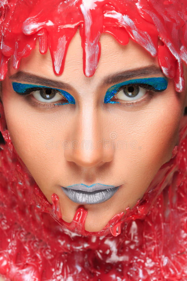 一个美丽的女孩的画象在红色蜡沐浴了 免版税库存照片