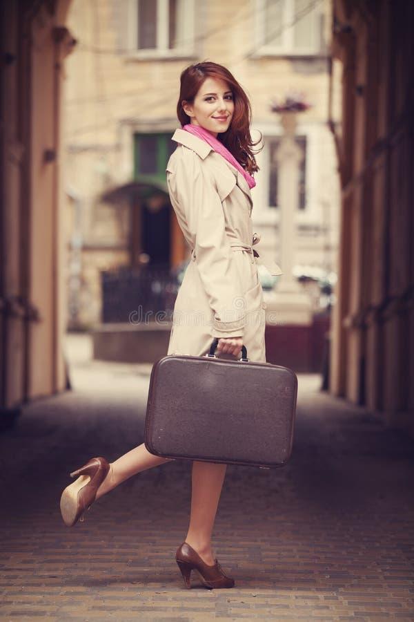 一个美丽的女孩的画象在街道上的。在葡萄酒st的照片 免版税图库摄影