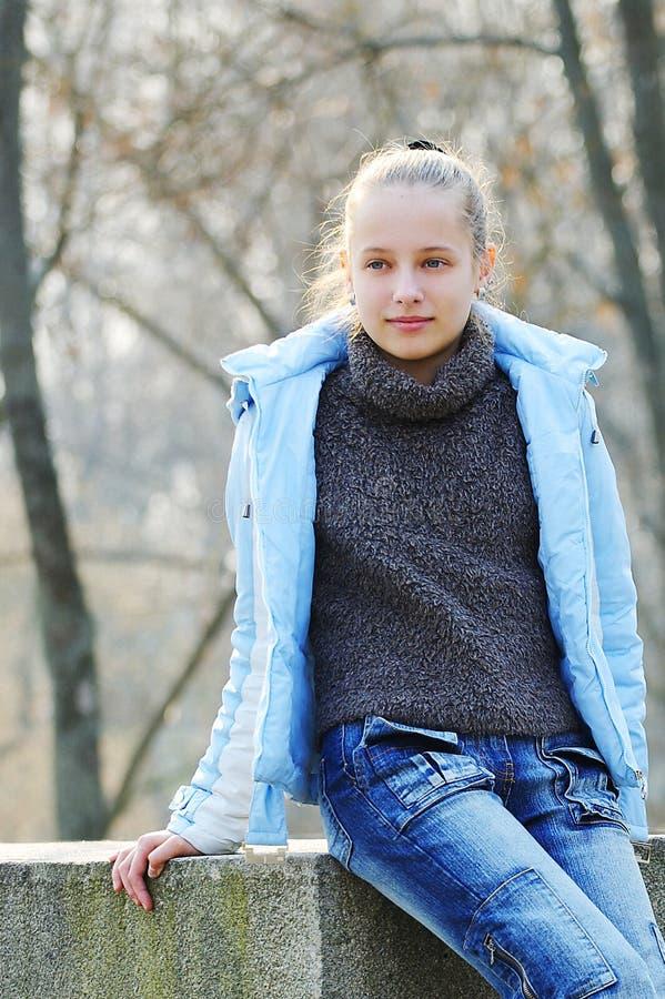 一个美丽的女孩的画象在街道上的在秋天 投资组合 库存图片