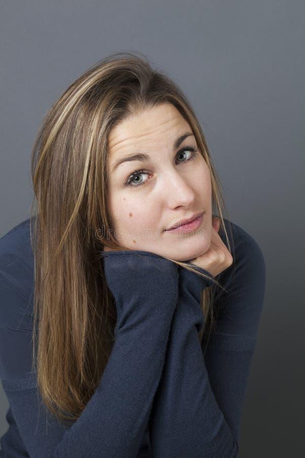 一个美丽的女孩的画象有痣微笑的 免版税库存照片