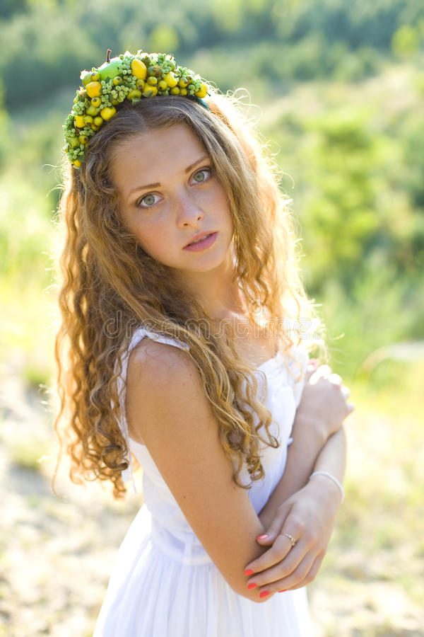 一个美丽的女孩的画象有箍的在头 库存图片