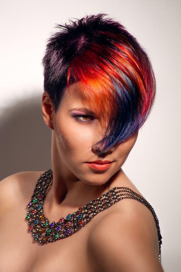 一个美丽的女孩的画象有被染的头发的 免版税库存照片