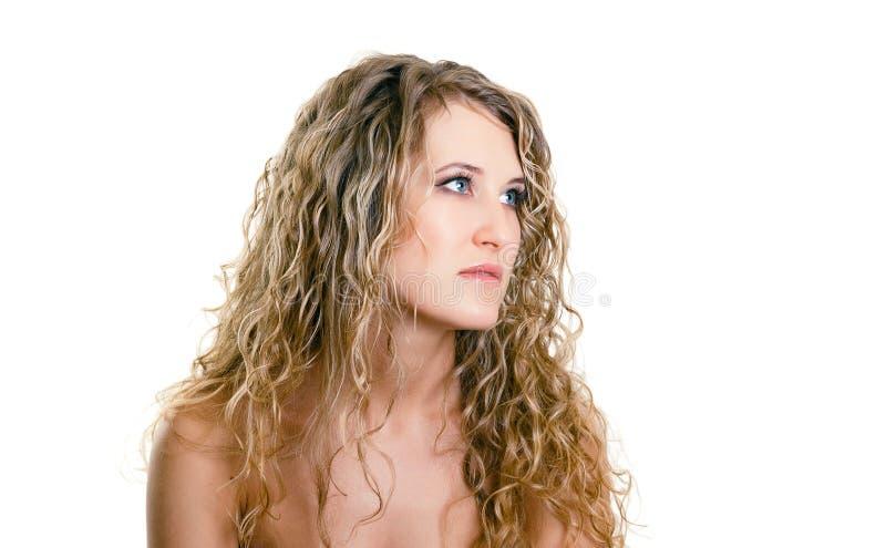 一个美丽的女孩的画象有长的白肤金发的波浪发的 免版税库存图片