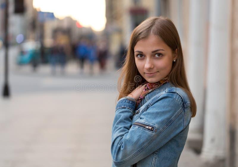 一个美丽的女孩的画象牛仔裤夹克的 图库摄影