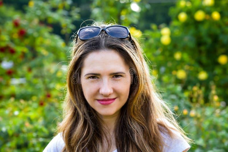 一个美丽的女孩的Portret在公园,在t初 免版税库存照片