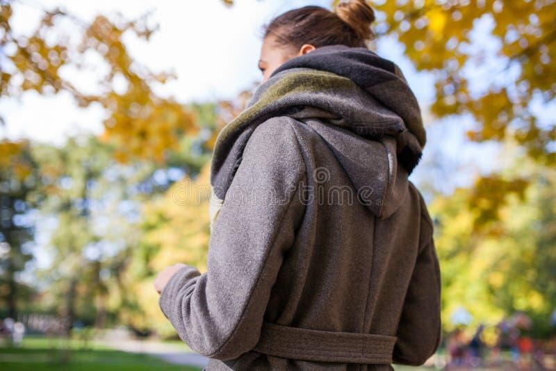 一个美丽的女孩的Portret在公园 回到视图 秋天蒂姆 库存图片