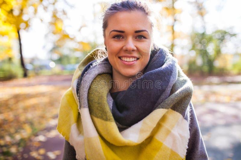 一个美丽的女孩的Portret在公园 秋天时间 库存图片