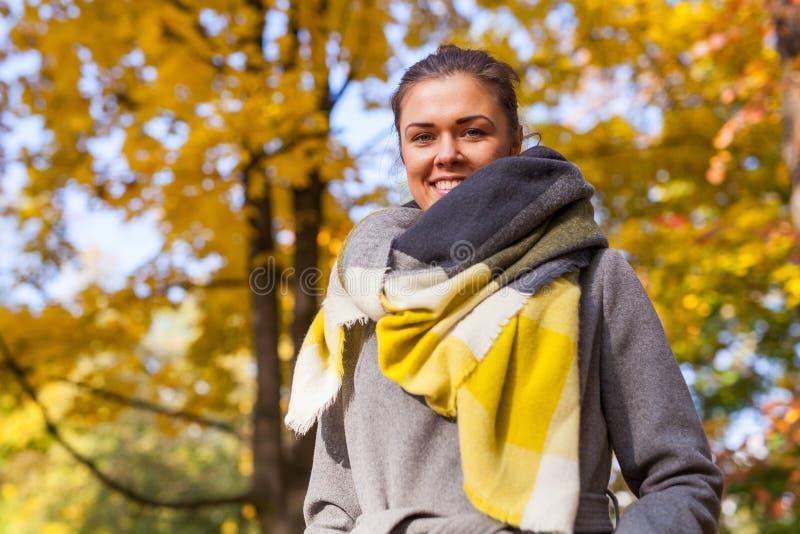 一个美丽的女孩的Portret在公园 秋天时间 库存照片
