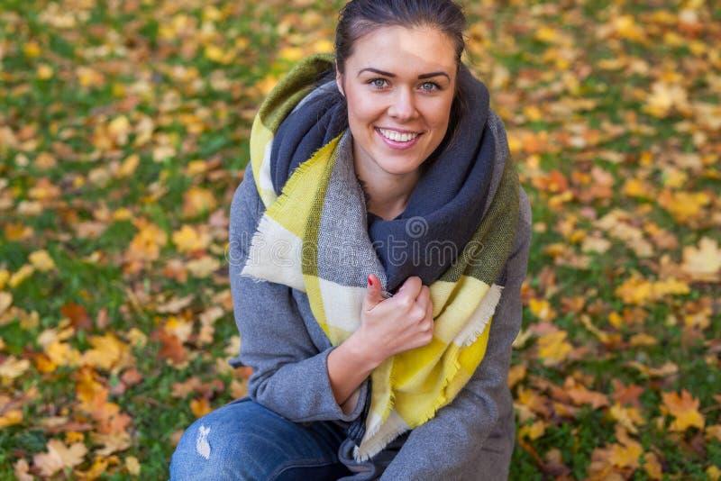 一个美丽的女孩的Portret在公园 秋天时间 免版税库存照片