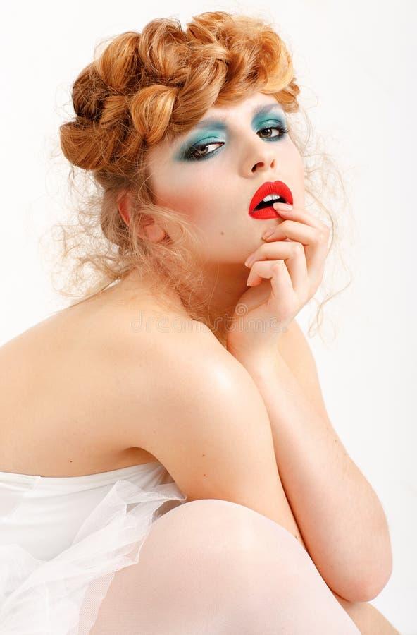 一个美丽的女孩-红色嘴唇,猪圈的画象有时尚构成的 免版税库存照片