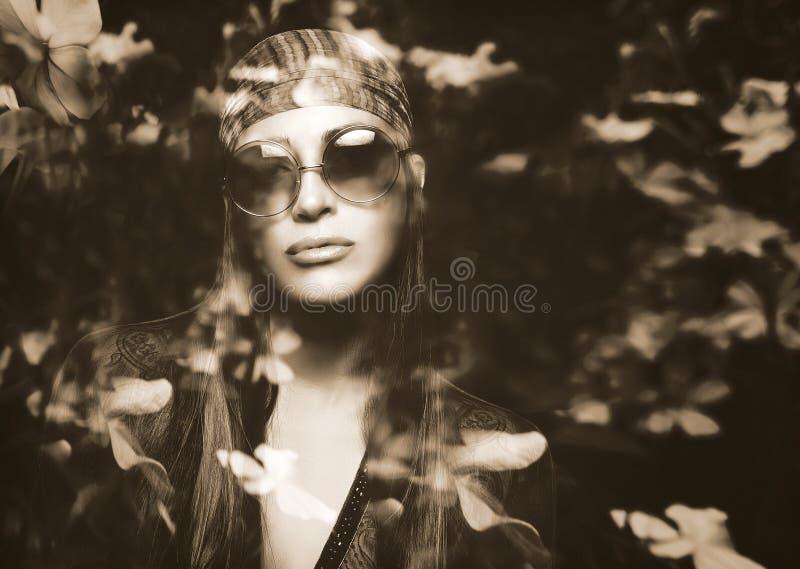 一个美丽的嬉皮女孩和花的两次曝光画象 库存图片