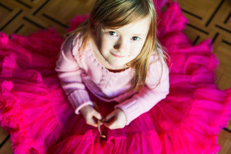 一个美丽的小女孩的室内画象 图库摄影