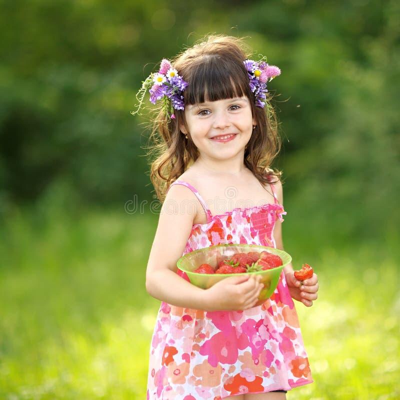 一个美丽的小女孩的画象. 子项, 春天.图片