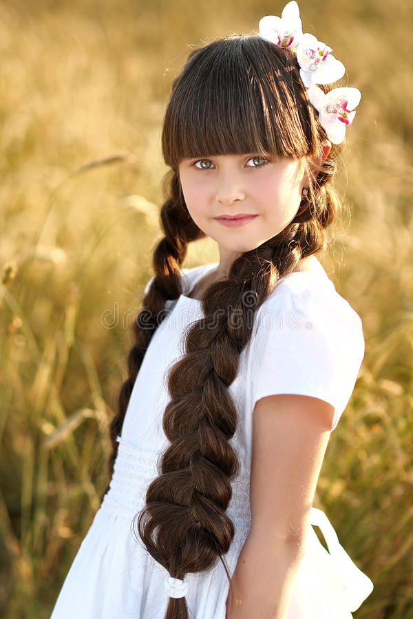 一个美丽的小女孩的画象 免版税库存图片
