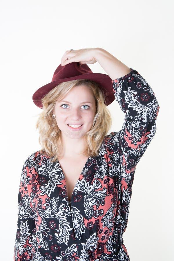 一个美丽的少妇佩带的帽子的首肩画象 库存照片