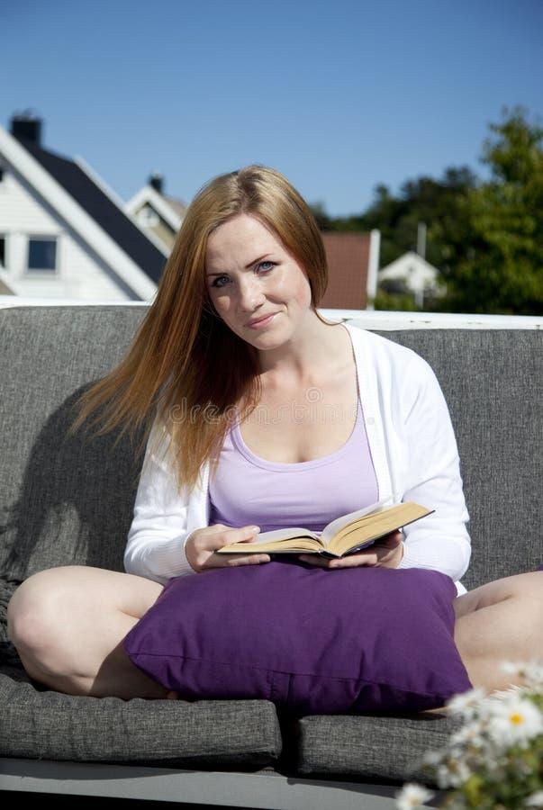 美好的妇女读书 免版税库存照片