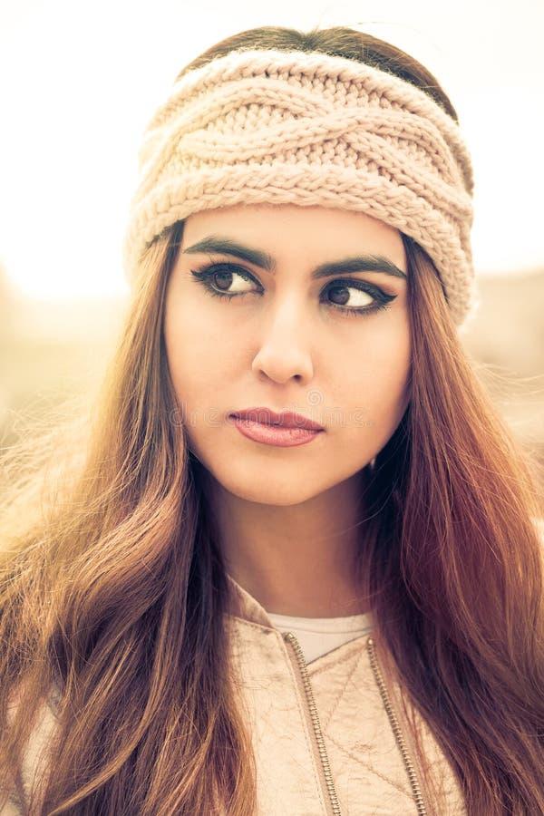 一个美丽的少妇的画象有桃红色头饰带和长的头发的 免版税库存图片