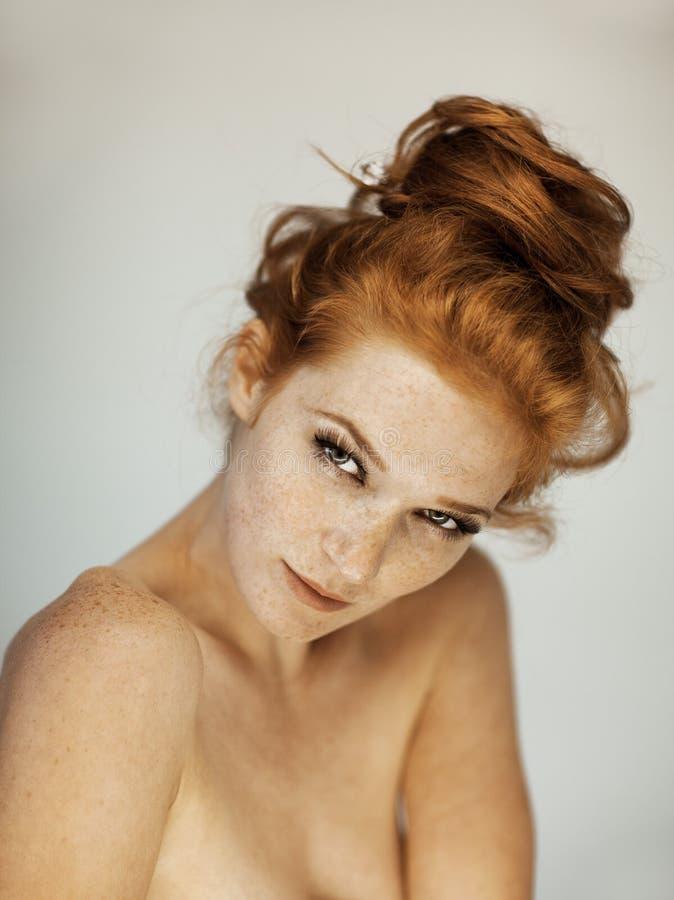 一个美丽的少妇的画象有长的红色卷发和雀斑的 库存图片