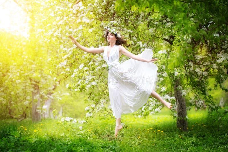 一个美丽的少妇的画象春天花花圈的  免版税图库摄影
