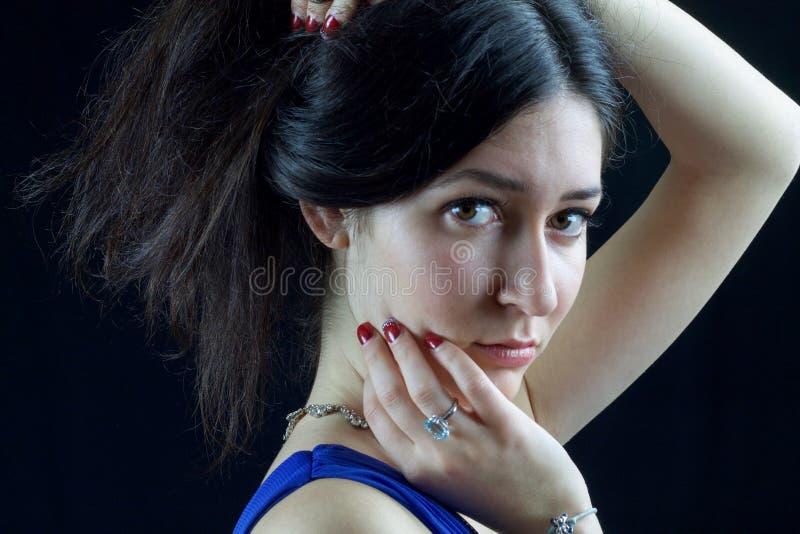 一个美丽的少妇的画象有强烈的眼睛的 免版税库存图片