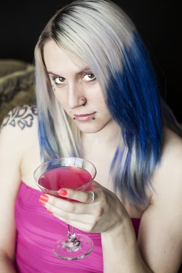有蓝色头发和桃红色礼服的美丽的少妇 图库摄影