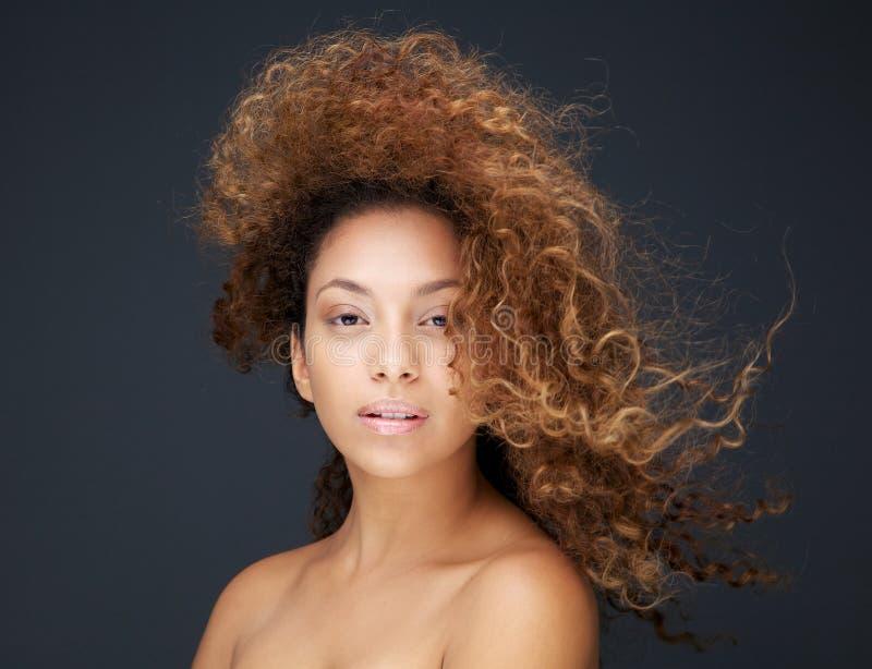 一个美丽的少妇的画象有头发吹的 库存图片