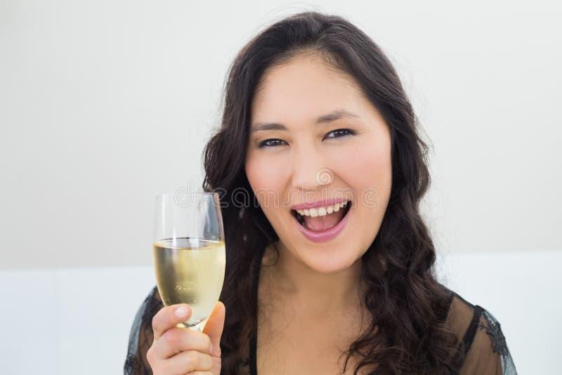 一个美丽的少妇的画象用香槟 免版税图库摄影