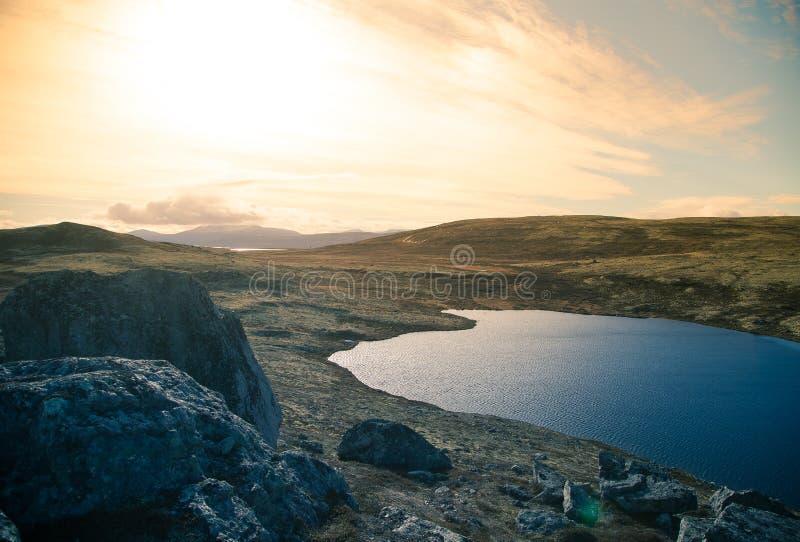 一个美丽的山湖高在海平面上在挪威 免版税库存图片