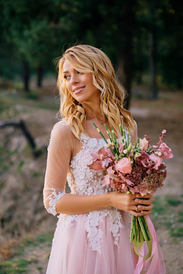 一个美丽的年轻新娘的画象自然背景的  免版税库存图片