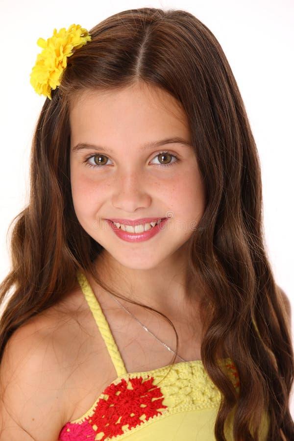 一个美丽的愉快的年轻十几岁的女孩的特写镜头画象有别致的长的头发的 免版税图库摄影