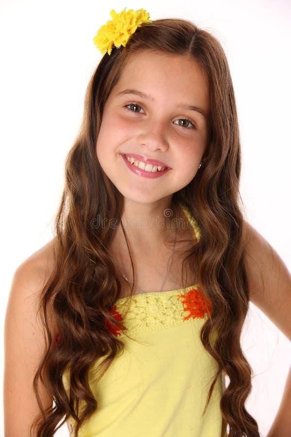 一个美丽的愉快的年轻十几岁的女孩的画象有别致的长的头发的 免版税库存图片