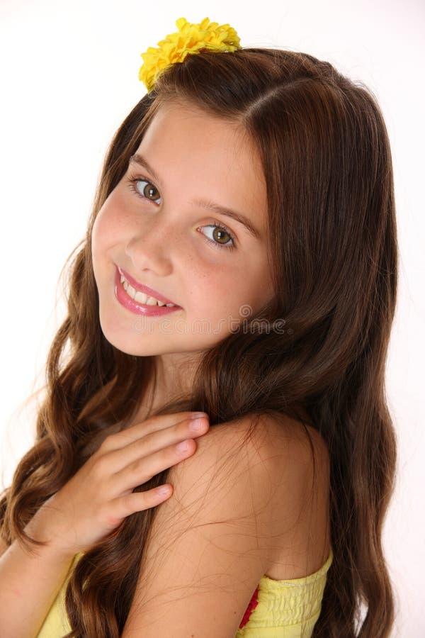 一个美丽的愉快的深色的儿童女孩的特写镜头画象有别致的长的头发的 免版税图库摄影