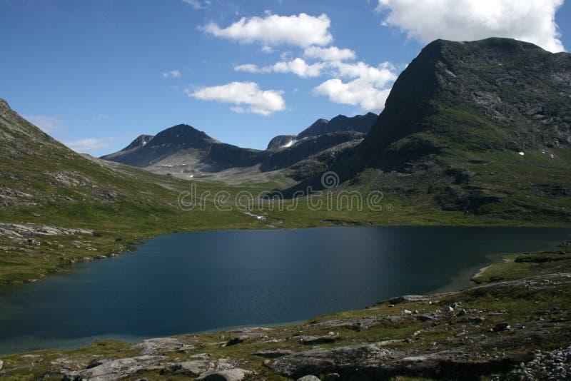 一个美丽的挪威山湖 库存图片