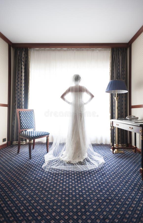 一个美丽的新娘的剪影 免版税库存图片