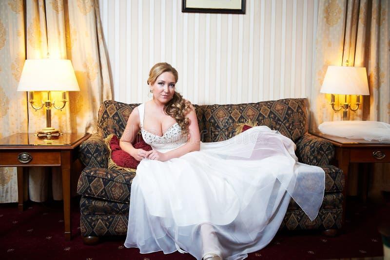 一个美丽的新娘的画象内部的 库存图片