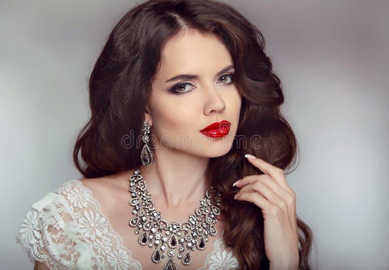 一个美丽的时尚新娘女孩的画象有肉欲的红色嘴唇的 免版税库存照片