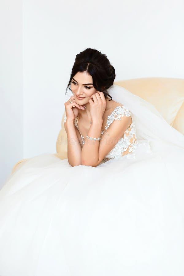 一个美丽的时尚新娘的画象,甜和肉欲 婚姻组成和头发 背景横幅开花表单少许桃红色螺旋 艺术现代样式 早晨 免版税库存照片