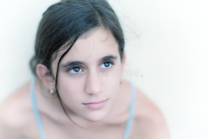 一个美丽的沉思十几岁的女孩的画象 免版税库存照片