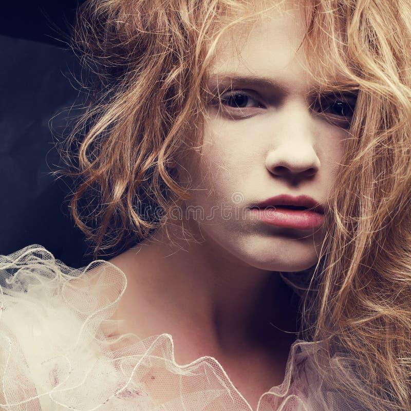 一个美丽的白肤金发的女孩的葡萄酒丙氨酸法国公主画象 免版税库存图片