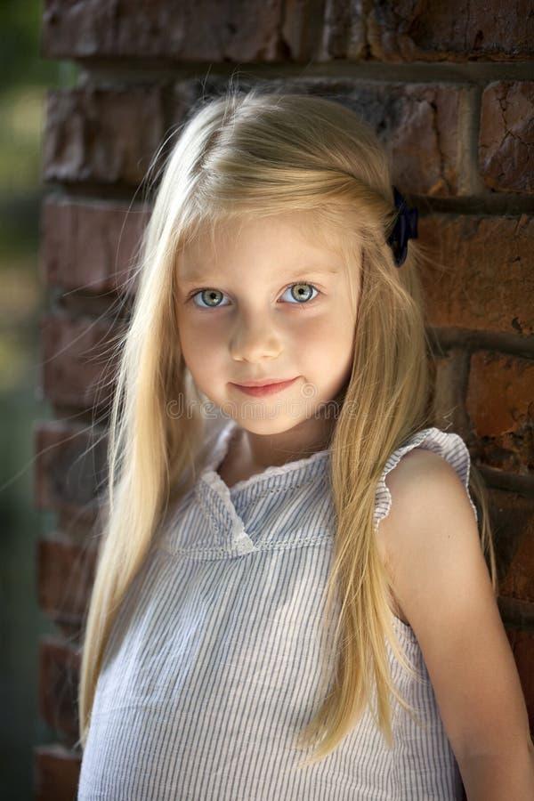 一个美丽的白肤金发的小女孩的画象图片