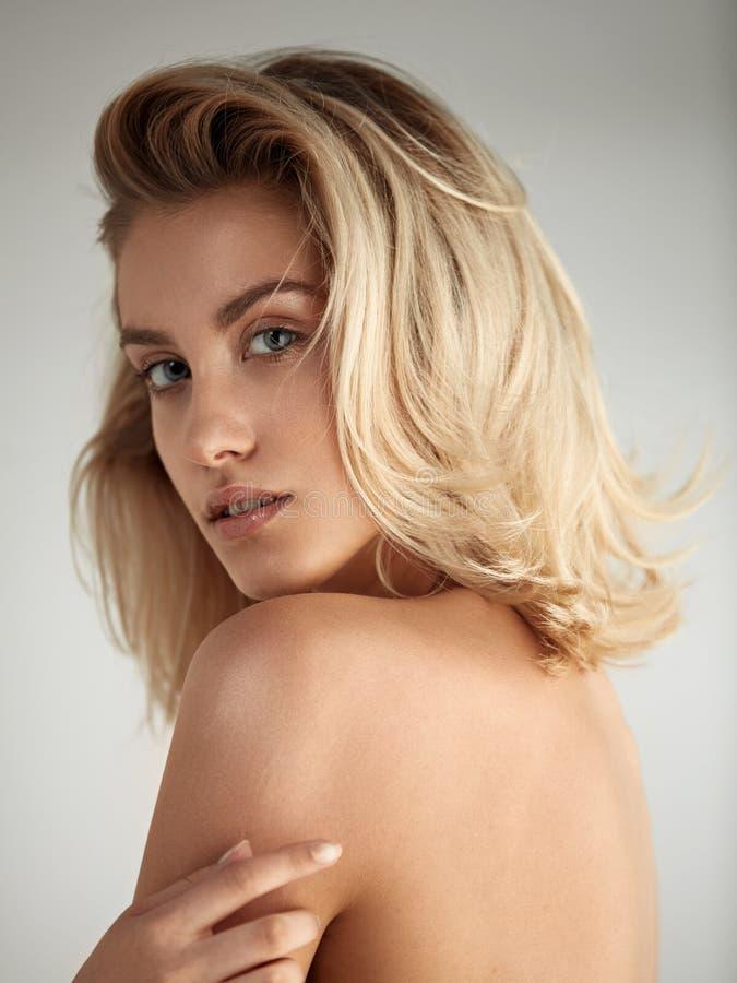 一个美丽的白肤金发的少妇的特写镜头画象 图库摄影